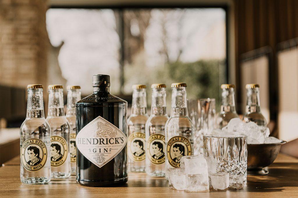 1 Fl. Hendricks Gin 0,7 l mit 8 Fl. Thomas Henry Tonic Water frischen Gurken Scheiben, Zitrone
